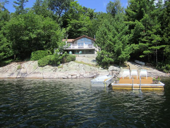 This Bright And Beautiful 3 Bedroom Cottage Is Right On The Water With A Stunning Island